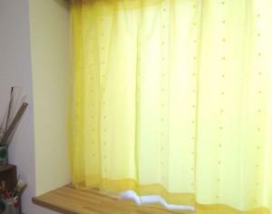 黄色いカーテン 画像